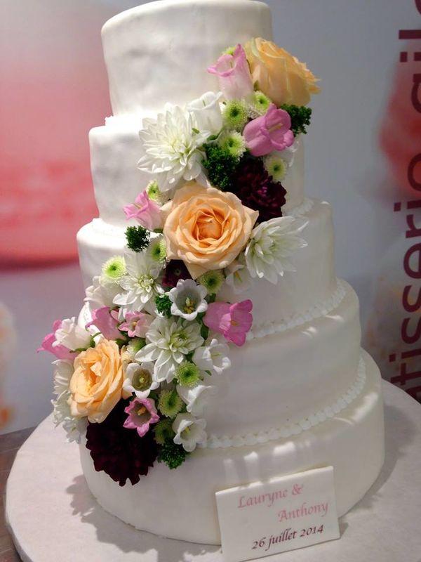 Pâtisserie Gilg : Wedding Cake blanc, décor de fleurs véritables