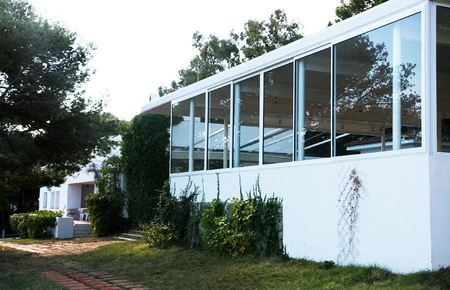 Se ha instalado un gran ventanal acristalado, que permite resguardarse de la tramontana.