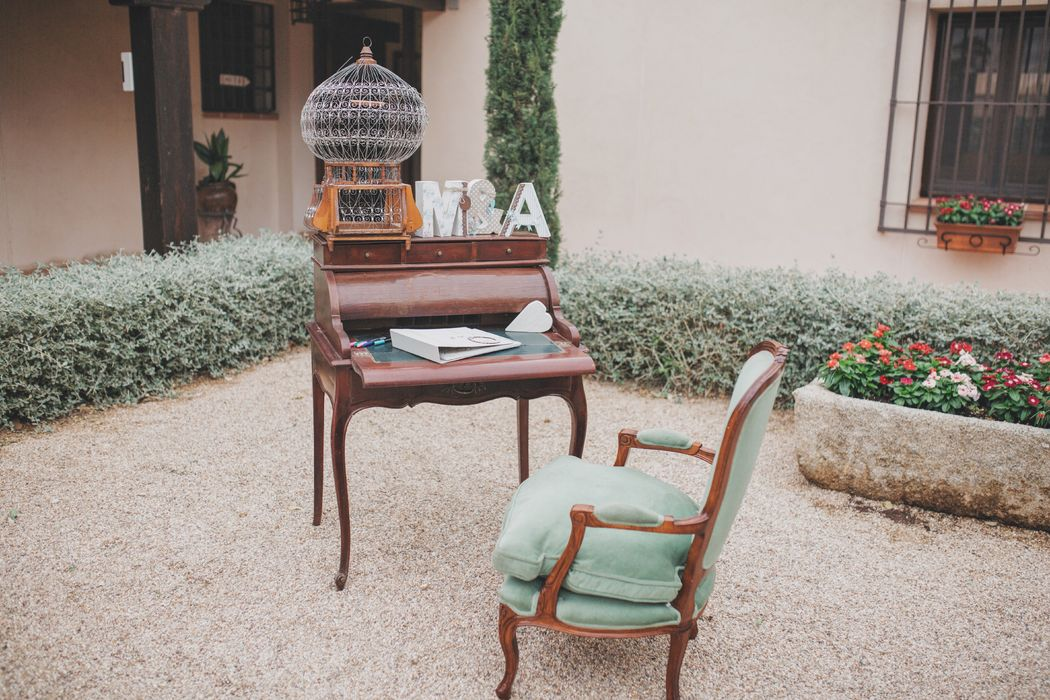 Nuestro mobiliario estilo vintage (sofás, butacas, mesas, cómodas, espejos, etc) aportará un toque chic, original y distinguido a vuestra celebración