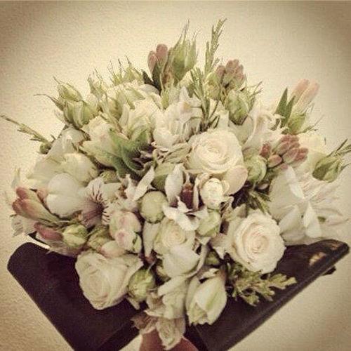 Bouquet de flores variadas en tonos nude