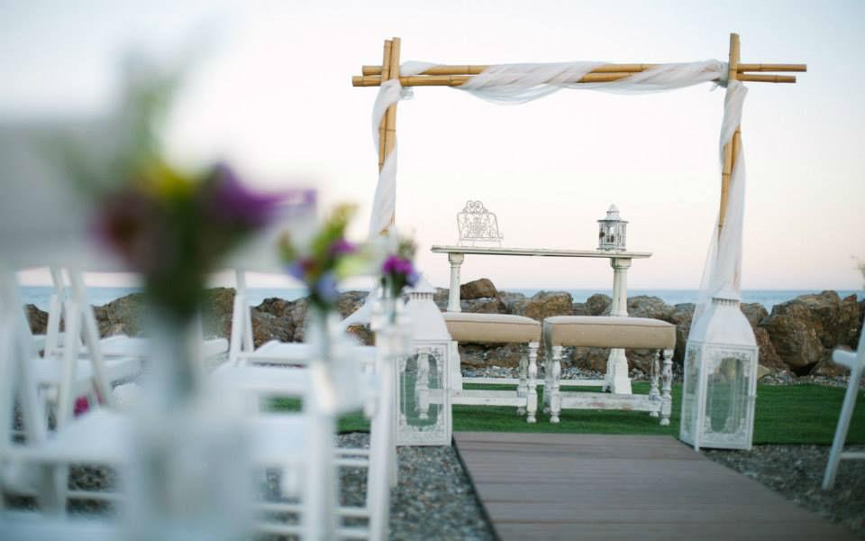 Arco de bambú con tules para ceremonia civil frente al mar