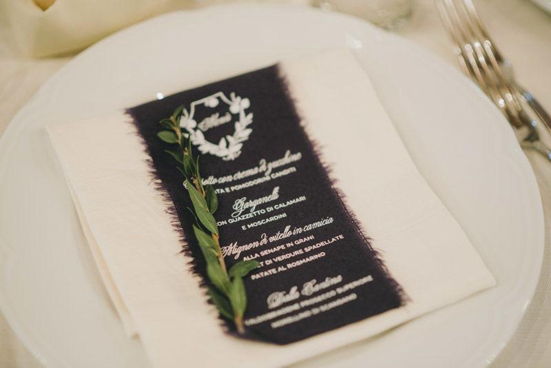 Menù: stampa in serigrafia su stoffa strappata a mano - foto di Matrimoni all'Italiana