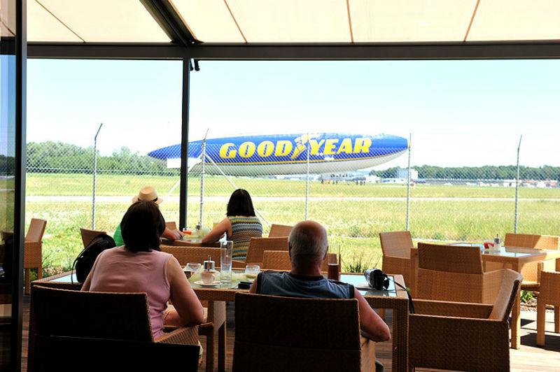 Beispiel: Terrasse mit Ausblick, Foto: Zeppelin Hangar.