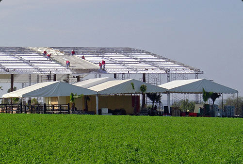 Esta gran carpa y sus auxiliares (cocinas y baños) se instalaron en un rancho a las afueras de la ciudad de Aguascalientes. El área cubierta fue de 1,800 metros cuadrados para un evento de 1,400 personas. La altura de la carpa llegó a los 18 metros.