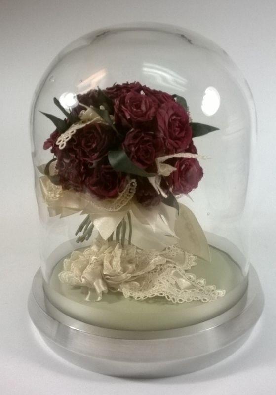 Kompozycja z bordowych róż z podwiązką w szklanej kolpule