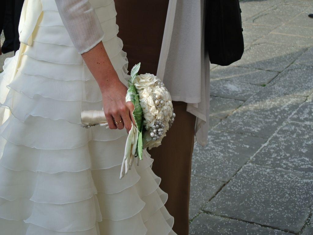 Matrimonio a Firenze - Bouquet sposa con fiori di carta e broches