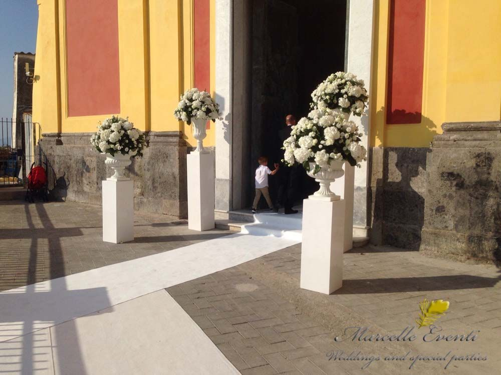 Ingresso chiesa allestimento  floreale