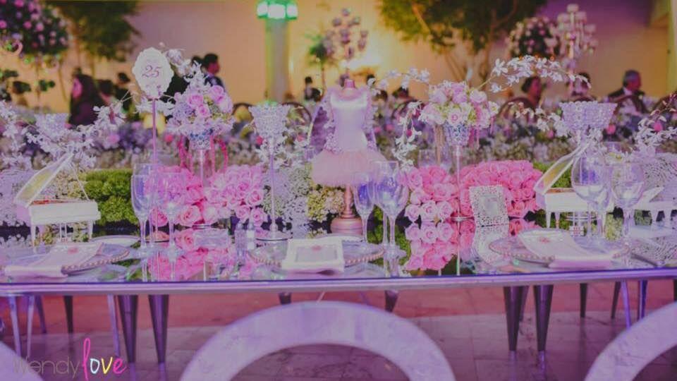 Detalles con Ángel Eventos   (Caminos de mesa en flor natural, con artículos de ambientación y mesas de espejo)