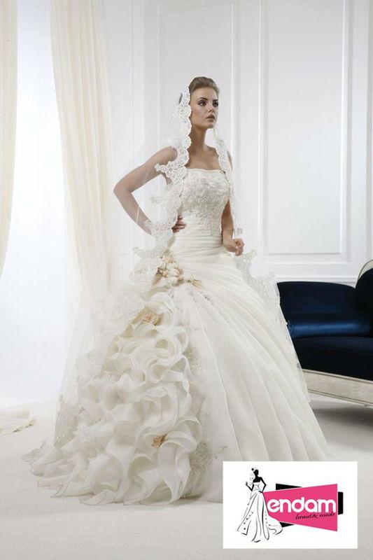 Beispiel: Grosse Auswahl an Brautmode, Foto: Endam Mode.