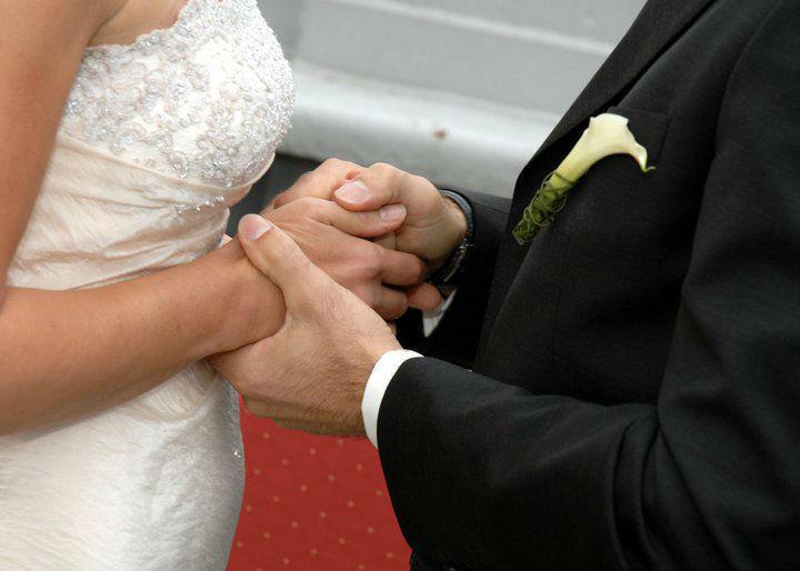 Beispiel: Eine stützende Hand für Braut und Bräutigam, Foto: edel:weiss weddingdesign.