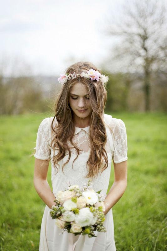 Couronne de fleurs faite main avec des fleurs de cerisier et du gypsophile.