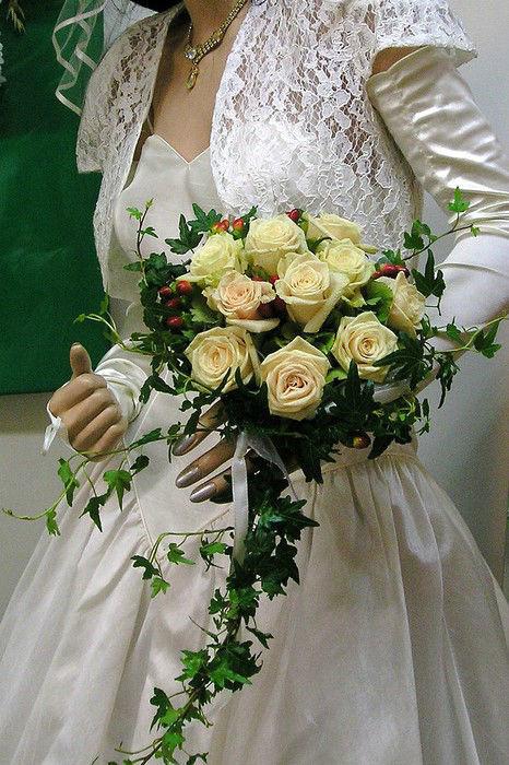 Beispiel: Braut mit Hochzeits-Bouquet, Foto: Florist Atelier Klotz.