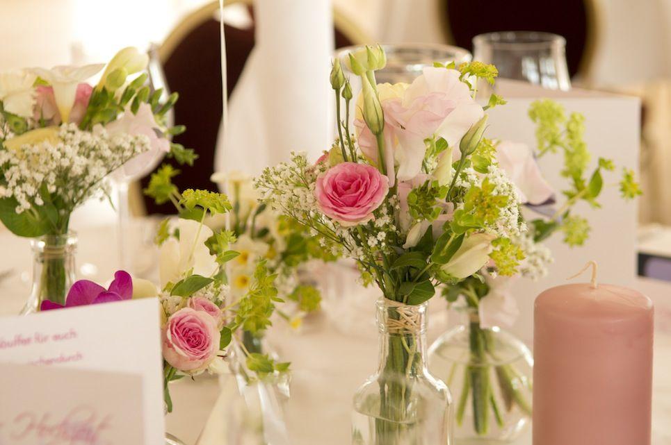 Frühlingshafter Hochzeits-Blumenschmuck, Foto: Annette Riedl für Engel 07
