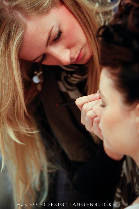 Beispiel: Visagistin bei der Arbeit, Foto: www.fotodesign-augenblicke.de.