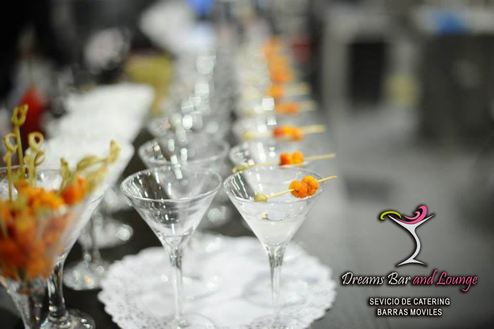 Martinis tropicales con su respectiva decoraciones .