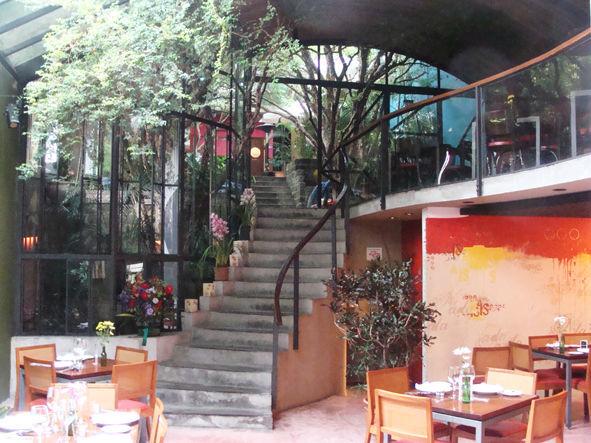 Jardim Coberto com escada de acesso ao Mezzannino e Jardim das Jabuticabeiras