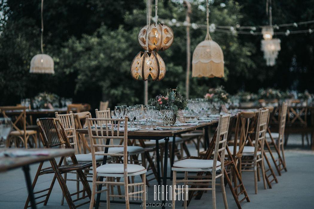 mesas madera y sillas surtidas