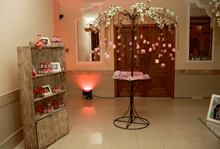 Exemplo de produto Receitinhas de Alegria - Prod. Semi Completo - Original - Tema Amor, junto à decoração de evento (Aniv. de 15 anos)