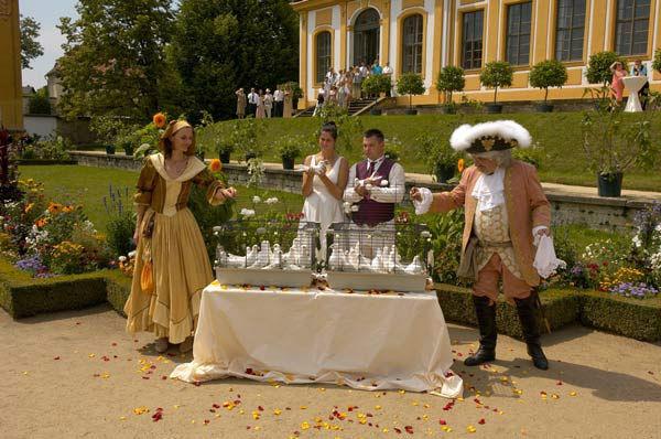 Beispiel: Passend zu einer barocken Hochzeitsfeier, Foto: Hochzeitstauben Dresden®.