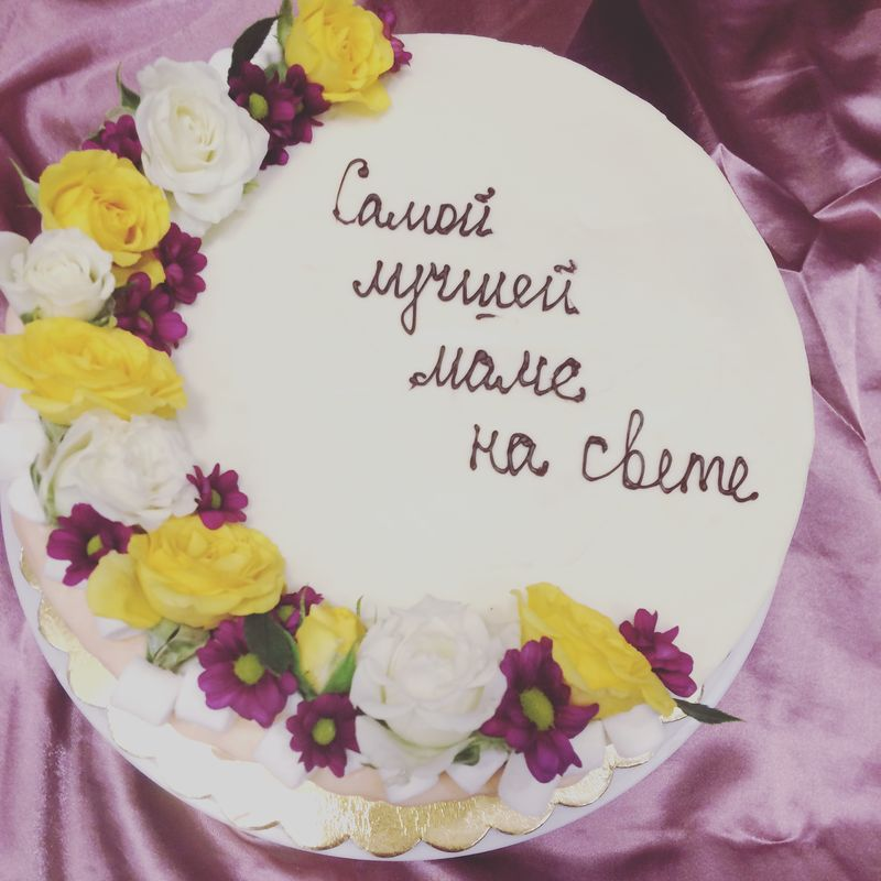 Торт, оформленный живыми цветами в тон торжества- всегда очень выигрышное и стильное оформление