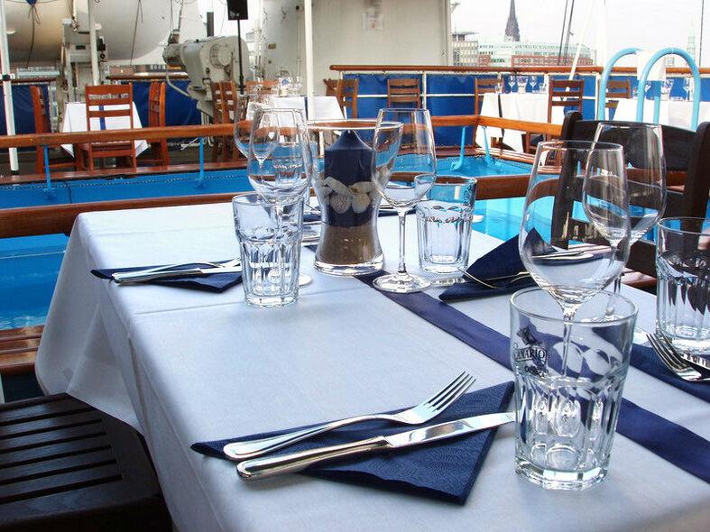 Beispiel: Pooldeck - Tischdekoration, Foto: Cap San Diego - Hamburger Gastmahl.