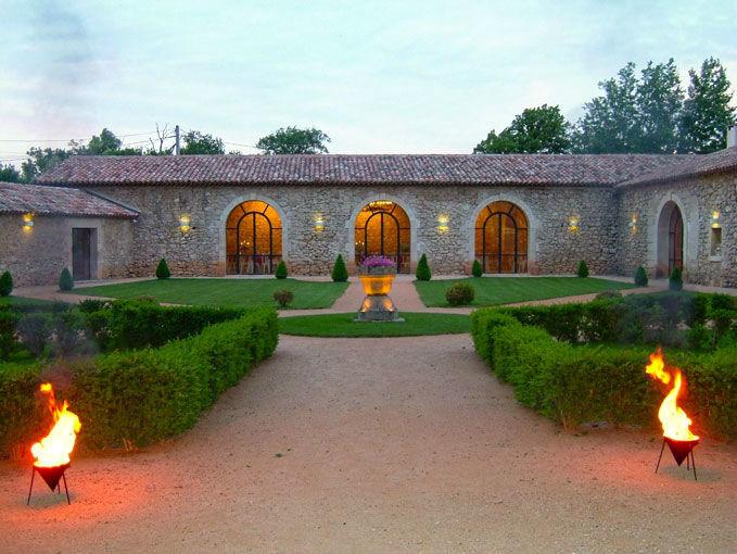 nos salons s'entourent autour du jardin à la française de 1000 M2