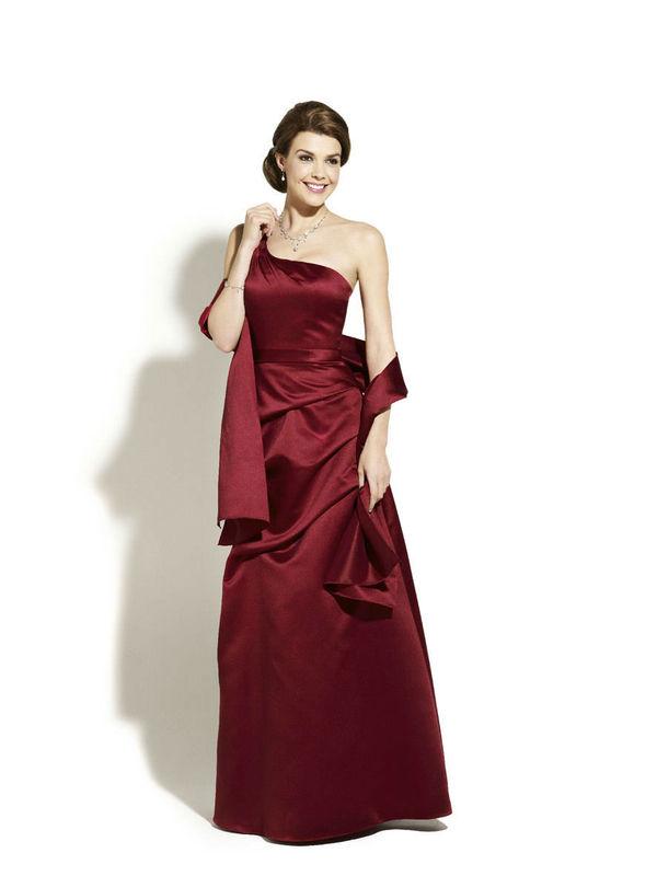 Beispiel: Elegante Abenmode, Foto: Magy's Brautmode.