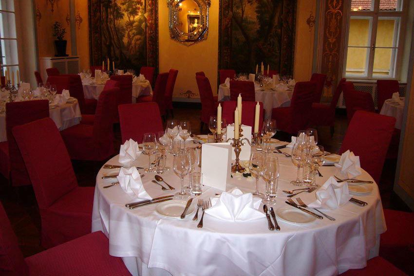 Beispiel: Dekorierter Saal für die Hochzeit, Foto: Schloss St. Veit.