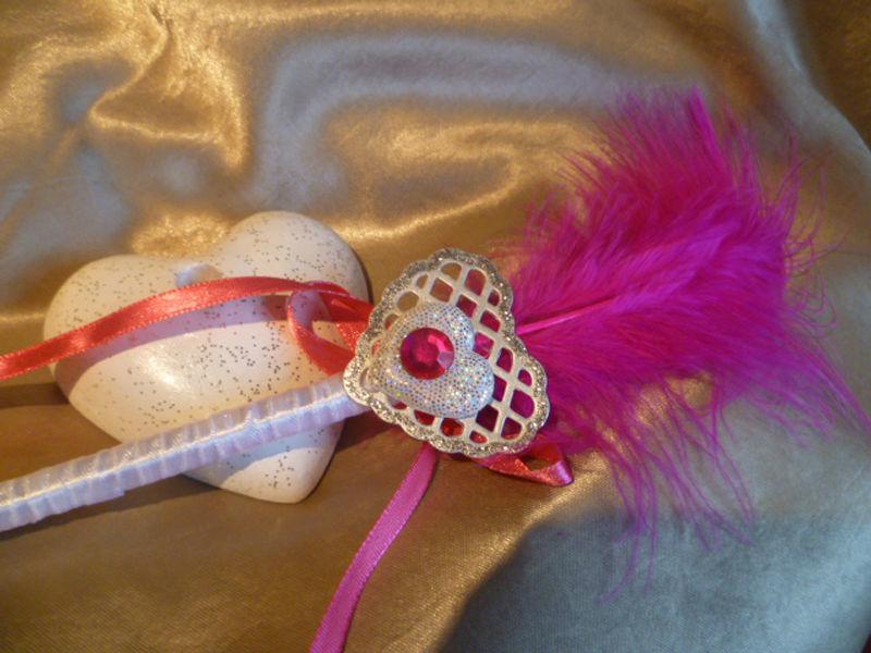 stylo fushia blanc sur socle coeur thème coeur argenté et strass