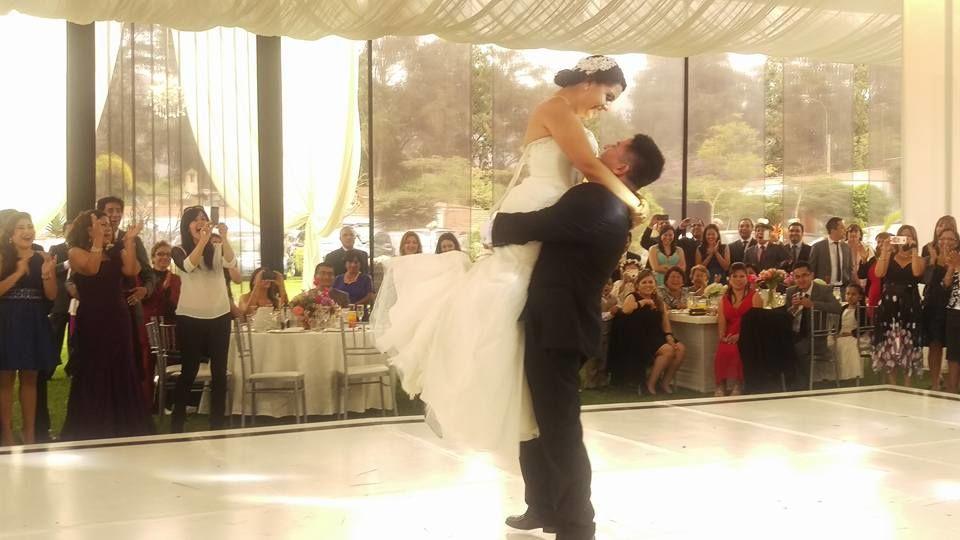 El Baile Boda de Teresa & Cristhian fué muy romántico y causó una grata sorpresa para sus familiares y amigos, fué una linda boda y ellos lo disfrutaron   al máximo. Muy contentos por ellos.
