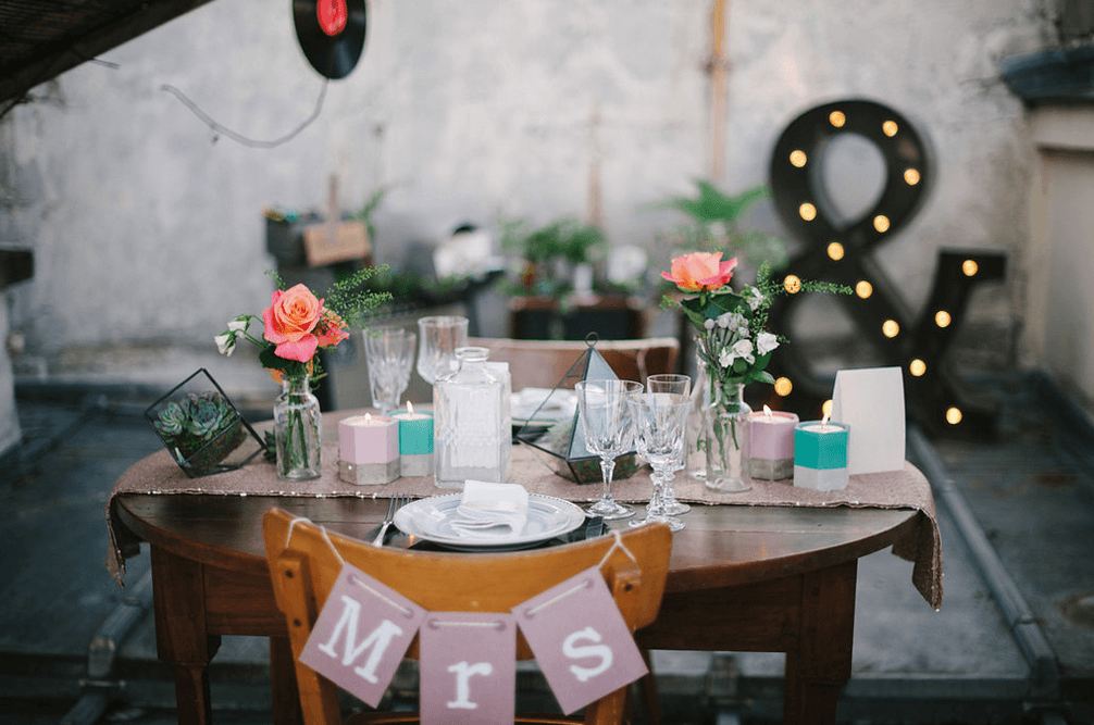 Photographe : Hé capture Direction artistique & Organisation : Bride to beezy & INSTANTS Clés Stylisme : Bride to beezy Décoration : INSTANTS Clés Vaisselle vintage/Light Up Letters/La Bohème/Save the déco Fleurs : Aromatique fleuriste Papeterie : Pepper and Joy Tenues : Fabienne Alagama; Patricia Blanchet; Samson costume; Le Colonel Moutarde; Atelier Anonyme; Alix Delaforest Mise en beauté : JMS Cintre Nitouche