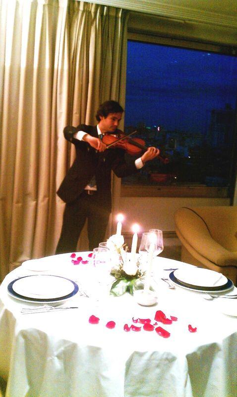 Violín en cena romántica