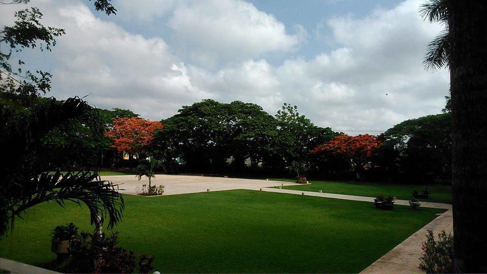 Vista de la Explanda de concreto que combina perfectamente con el hermoso jardín que lo rodea donde los novios pueden poner hermosa decoraciones el día de su boda.