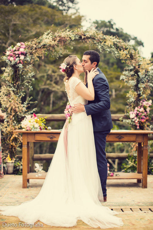 O beijo que é puro amor. O arco de flores que é amor puro.