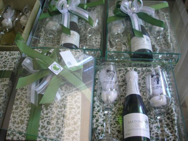 caixa de vidro decorada em tecido com mini espumante moscatel e 2 taças personalizadas