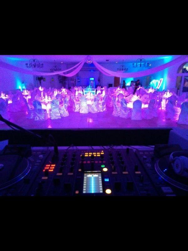 Salle de reception avec table lumineuses  Mise en lumière personnalisee