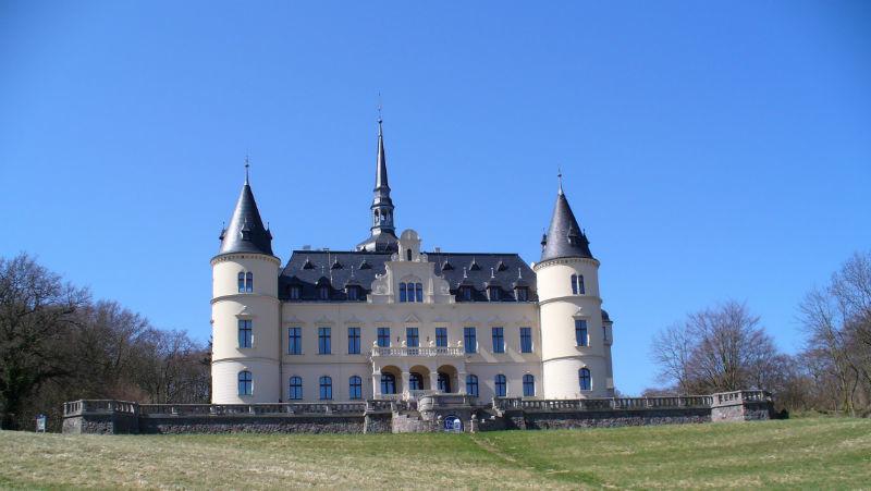 Beispiel: Vorderansicht Schloss, Foto: Schlosshotel Ralswiek.