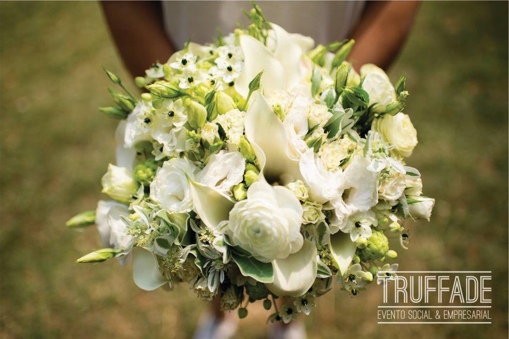 Este hermoso ramos de novia compuesto de renúnculo, calla lily, rosa baby, lisianthus y euphobia todos estos en tono #blanco!   Elaborado por nuestro departamento de floristeria
