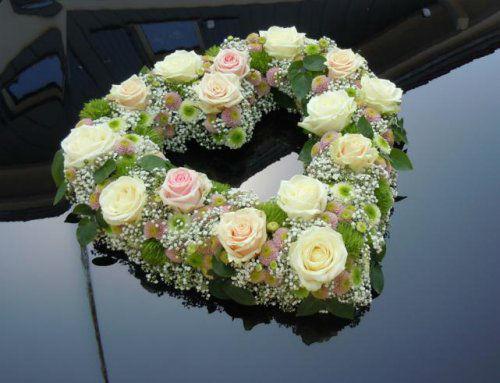 Beispiel: Blumendekoration für das Auto in Herzform, Foto: Stiel und Blüte.