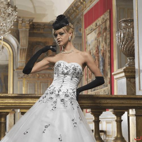 Beispiel: Wunderschönes Brautkleid mit schwarzen Accessoires, Foto: Doris Renn.