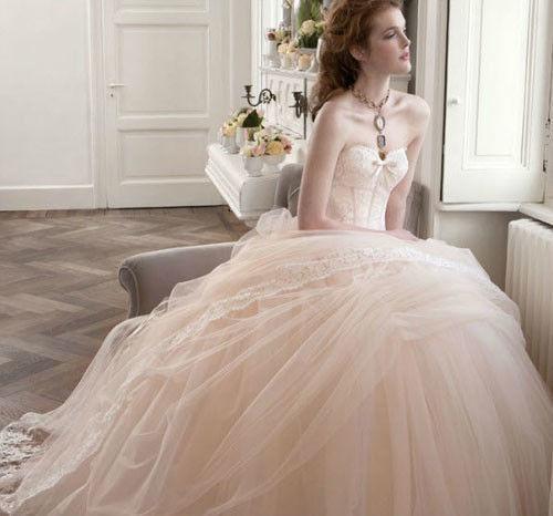 Vi aiuteremo a trovare il Vostro abito da Sposa.