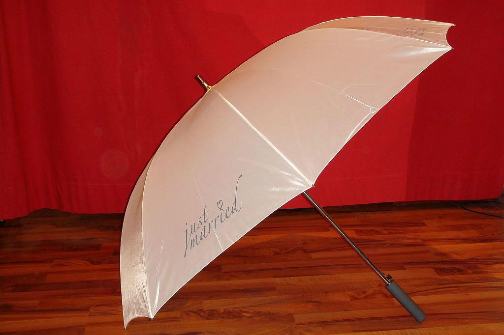 Beispiel: Braut-Schirm, Foto: Der Brautladen Accessoires.