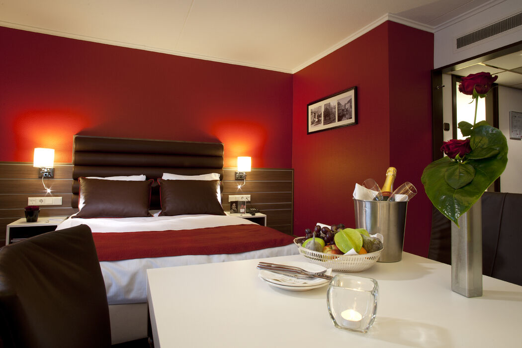 Wilt u uw gasten laten overnachten? Wij beschikken over 125 hotelkamers, onderverdeeld in 10 verschillende kamertypes. Er is voor ieder wat wils! Na afloop kunt u nagenieten van uw huwelijksdag in een van de Suites of Deluxe kamers.