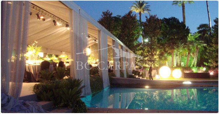 Carpa sobre una piscina, en color gris y con iluminación de punto de luz por mesa. Para aquellas novias que desean un espacio grande y muy espectacular