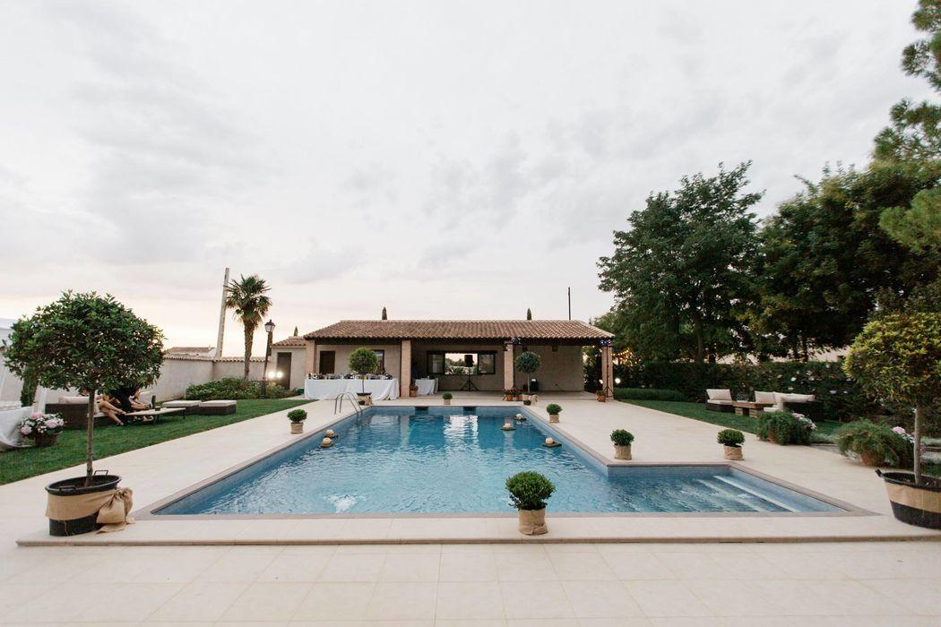 La piscina preparada para recibir a los novios y sus invitados