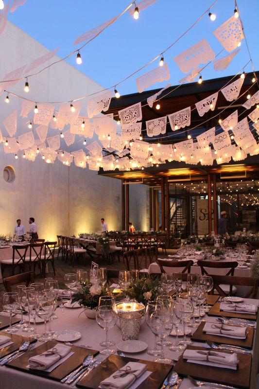 Evento::Boda:: Lugar: Centro Cultural San Pablo Tiras de focos, papel picado, mesas tarimas.