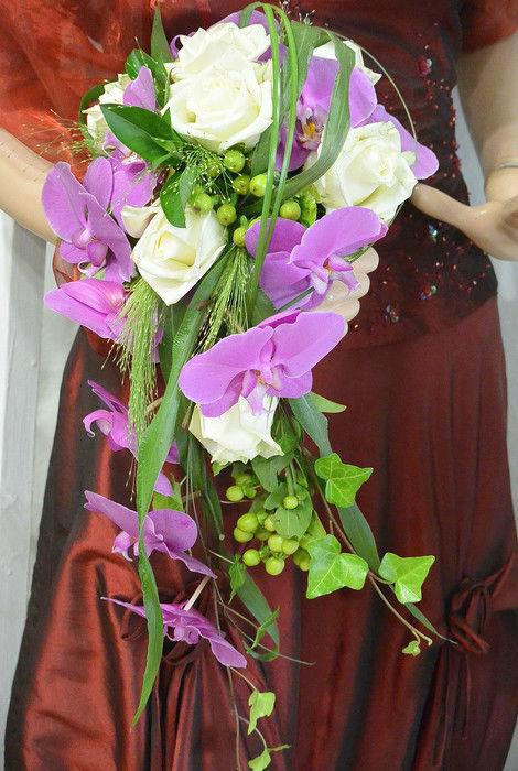 Beispiel: Brautstrauß mit Flieder farbenen Schleifen, Foto: Florist Atelier Klotz.