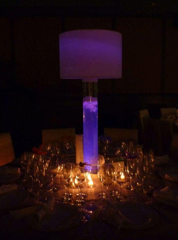 Decoración de la mesa con una lampara floral-luminica.  http://lafloreria.net