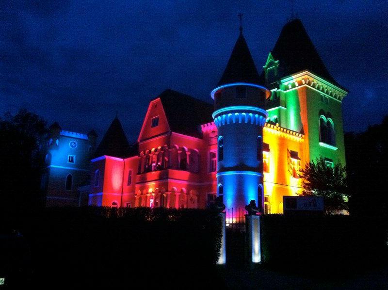 Beispiel: Bunt beleuchtetes Schloss, Foto: Georgi Schloss.