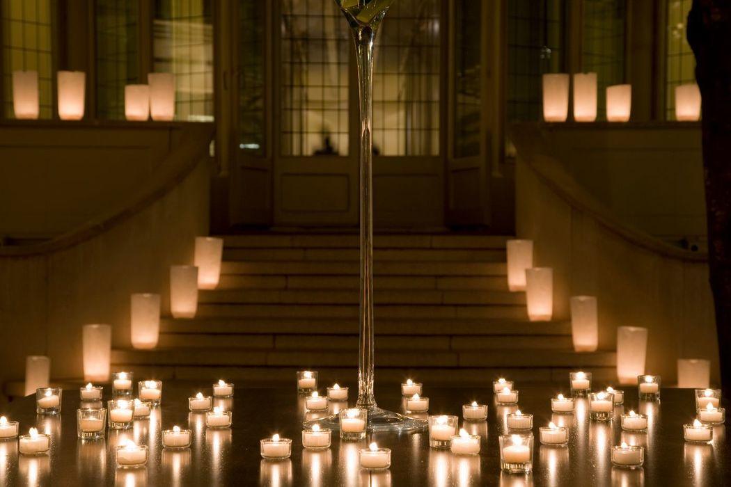 Ambientación con velas translucidas.  http://lafloreria.net